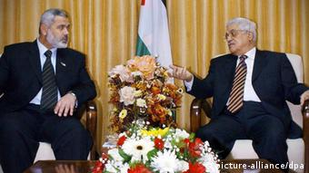 Palestinian President Mahmoud Abbas (R) and Prime Minister Ismail Haniya as they attend a coalition government meeting in the Gaza Strip +++(c) dpa - Bildfunk+++
