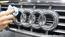 ARCHIV - Ein Audi-Mitarbeiter reinigt beim Pariser Autosalon die Front eines Audi S4 (Archivfoto vom 02.10.2008). Der Autohersteller Audi gibt am Dienstag (10.03.2009) in Ingolstadt seine Jahres-Pressekonferenz. Foto: Uli Deck dpa/lby +++(c) dpa - Bildfunk+++