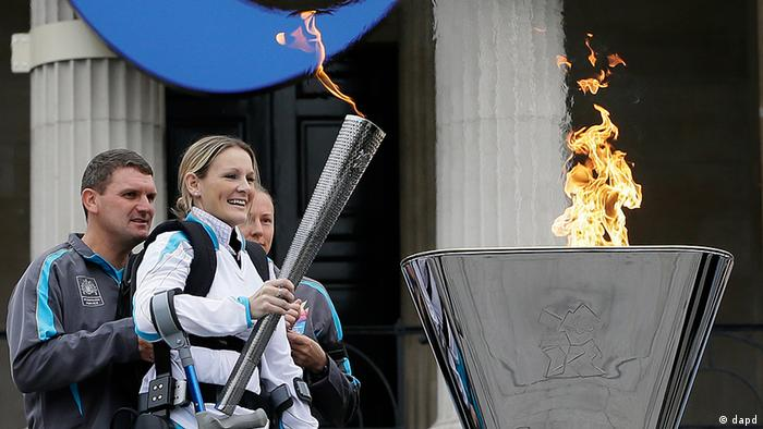 Claire Lomas lights the Paralympic flame cauldron in Trafalgar Square in London, Friday, Aug. 24, 2012. Claire had a horse riding accident in 2007 leaving her paralysed from the chest down. The London Paralympics begin on Wednesday Aug. 29.(Foto:Kirsty Wigglesworth/AP/dapd)