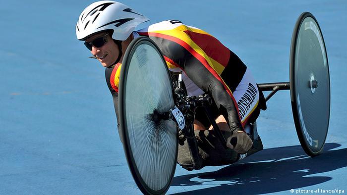 Norbert Mosandl u jednoj tipičnoj paraolimpijskoj disciplini (handbike, bicikl se pokreće uz pomoć ruku)
