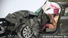 HANDOUT - Das Handout des US-Institute for Highway Safety (IIHS) vom 17.08.2012 zeigt ein Auto des Fabrikates Audi A4 nach dem Aufprall bei einem Crashtest. Ein neuer Crashtest erregt die Gemüter der deutschen Autobauer: Das US-Institut hat Wagen nur auf Breite der Scheinwerfer gegen die Wand fahren lassen. Die Ergebnisse sind ausgerechnet für Mercedes-Benz und Audi katastrophal. Foto: IIHS Achtung: Nur zur redaktionellen Verwendung (Zu dpa «Deutsche Nobelkarossen versagen bei neuem US-Crashtest: «Mangelhaft»» vom 17.08.2012)