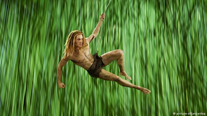 Der Sänger und neue Tarzan-Darsteller Alexander Klaws spielt in Hamburg während der Proben zum Musical Tarzan (undatierte Aufnahme). Foto: Stage Entertainment dpa/lno