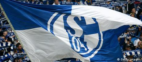 Fans des FC Schalke 04 mit Fahnen ihres Vereins im Stadion