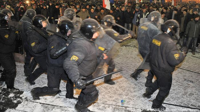 Weißrussland: Polizeieinsatz gegen Demonstranten in Minsk (foto:afp/getty images)