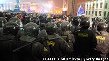 Weißrussland Polizeieinsatz gegen Demonstranten in Minsk Schlagstock