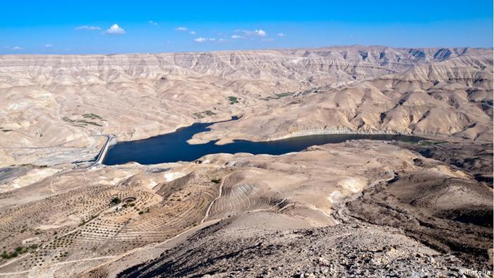 Wadi Mujib dam, Jordan © Dario Bajurin #21995202 Die Mujib-Talsperre (auch: Wadi Al-Mujib-Damm) liegt am Wadi Mujib etwa 100 km südlich von Amman in Jordanien.
