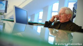 Old man answering phone Photo: Christian Charisius dpa/lno +++(c) dpa - Bildfunk+++