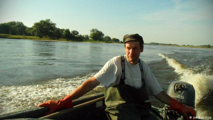 Fisherman Wolfgang Schoeder in his boat on the Elbe. Fotograf: Jan Schilling 02. August 2012