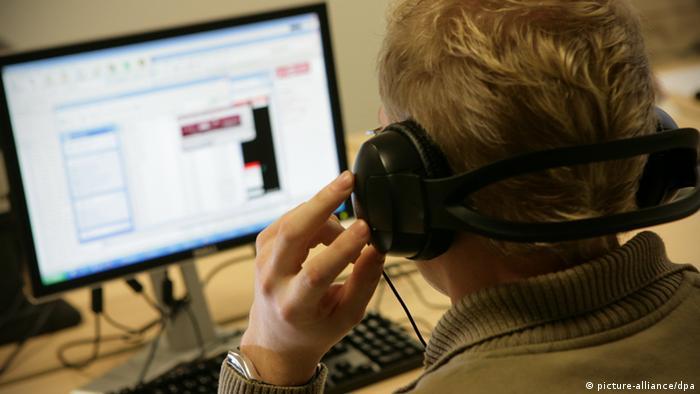 Dječak 'skida' muziku s interneta