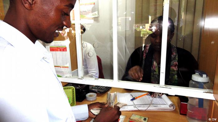 An image of a customer receiving money at a counter (Photo: Alfred Kiti / DW)