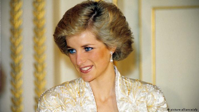 Varias cartas enviadas por Diana a su mayordomo en los años 80 y 90 fueron subastadas por un valor mayor al estipulado en Cambridge, donde también fueron ofrecidas fotografías, postales de Navidad y un pedazo de pastel de la boda de la reina Isabel II de 1947. Una sobre su hijo Harry, valorada en 900 libras británicas, fue subastada por 2.400 libras (casi 3.000 dólares). 05.01.2017