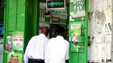 Wer hat das Bild gemacht/Fotograf?: Alfred Kiti (DW-Korrespondent) Wann wurde das Bild gemacht?: 22.08.2012 Wo wurde das Bild aufgenommen?: Nairobi, Kenia Bildbeschreibung: Bei welcher Gelegenheit / in welcher Situation wurde das Bild aufgenommen? Wer oder was ist auf dem Bild zu sehen? Kunden stehen an einem Schalter für Geldüberweisungen in Kenias Hauptstadt Nairobi an. M-Pesa ist eine Anwendung, mit der Mobiltelefonnutzer Geld in Form von Gesprächsguthaben überweisen können.