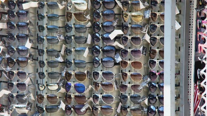 Sunčane naočale vise na štandu