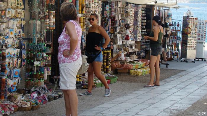 Gefälschte Waren werden mitten im Touristenzentrum Zadar an der kroatischen Küste verkauft. Copyright: DW/ Ivana Zrilic Datum: Zadar, August, 2012