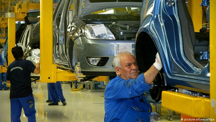 Senior worker in a Ford car production faciltity in Cologne, Germany Photo. Roland Weihrauch dpa/lnw