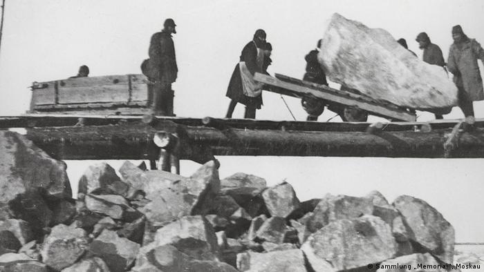 Заключенные строят Беломорско-Балтийский канал. 1932 г.