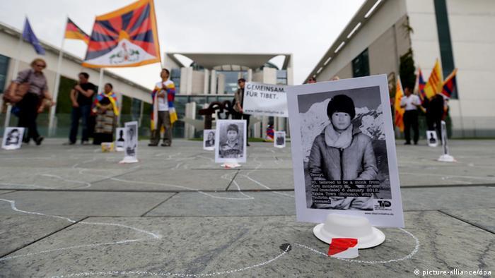 Kreidekörper und Porträtfotos von Selbstverbrennungsopfern aus Tibet sind am Dienstag (28.08.2012) vor dem Bundeskanzleramt in Berlin zu sehen. Anlass der Protestaktion Tatort Tibet sind die bevorstehenden deutsch-chinesischen Regierungskonsultationen in Peking. Foto: Kay Nietfeld dpa +++(c) dpa - Bildfunk+++
