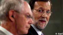 Spain's Prime Minister Mariano Rajoy, right, glances over at European Council President Herman van Rompuy during a joint news conference at the Moncloa Palace in Madrid Tuesday Aug. 28, 2012. Rajoy and van Rompuy met for talks on the economic crisis and Spain's battle to avert having to seek a sovereign bailout. (Foto:Paul White/AP/dapd)