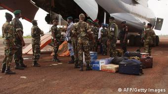 Oficiais militares angolanos deixam a Guiné-Bissau, em junho; incidência de gravidez precoce e de HIV teria aumentado com presença da missão angolana