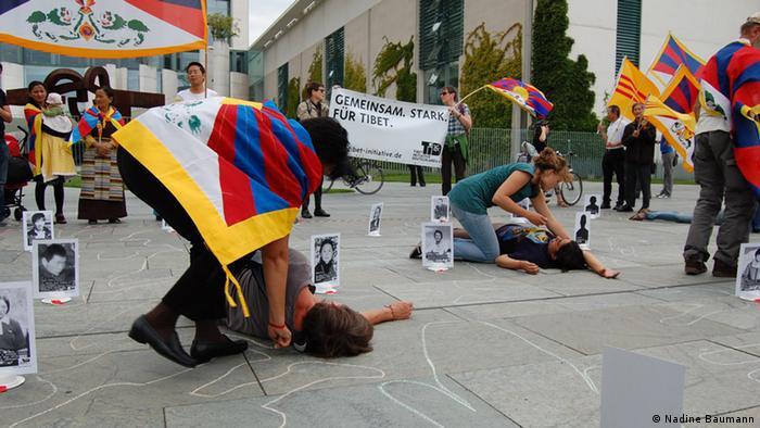 Tibet Initiative Deutschland, aufgenommen am 28.8.2012 in Berlin vor dem Bundeskanzleramt. Anlass: Protest gegen tibetische Selbstverbrennungen.