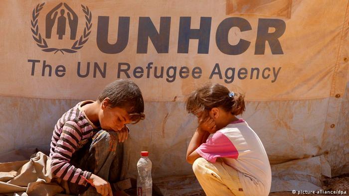 Duas crianças sírias em campo de refugiados