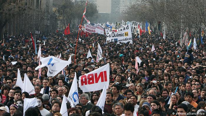 People march to demand free and quality education, in Santiago (Photo: Mario Ruiz)