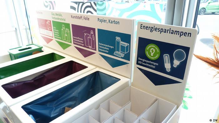 Depósitos para la recolección de bombillas con mercurio en una tienda de cadena en Colonia, Alemania.