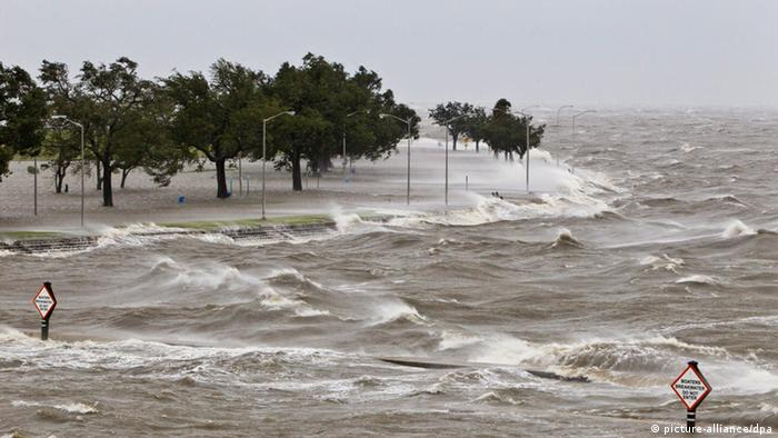 Hukkican Isaac: Hohe Wellen am Ufer des Lake Pontchartrain (Foto: picture-alliance/dpa)