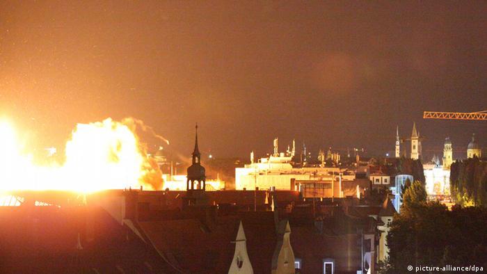 Blick auf die Sprengung einer Fliegerbombe in München. Nach erfolglosen Entschärfungsversuchen ist am Dienstagabend (28.08.2012) eine Fliegerbombe aus dem Zweiten Weltkrieg im Zentrum von München kontrolliert gesprengt worden. Die 250 Kilogramm schwere Bombe wurde von einem Sprengkommando gegen 21.53 Uhr mit angebrachtem Sprengstoff unschädlich gemacht. Foto: Johannes Grimm dpa/lby