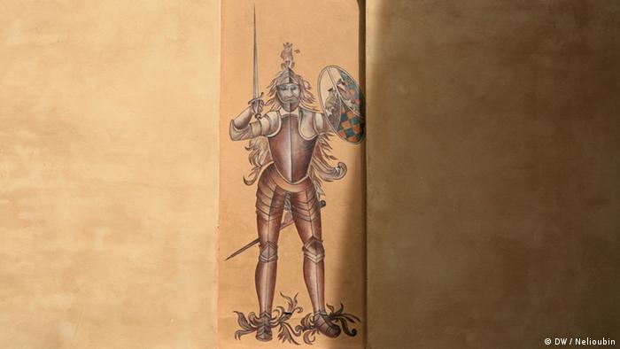 Рыцарь на фасаде Готического дома