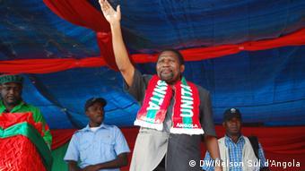 Isaías Samakuva, líder da UNITA, num comício de campanha