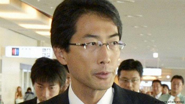 Keiichi Ono, director of the Northeast Asia Division of Japan's Foreign Ministry, leaves Tokyo's Haneda airport for Beijing on Aug. 29, 2012. Ono is to represent Japan in intergovernmental talks with North Korea to be held in the Chinese capital for the first time in four years. (Kyodo)