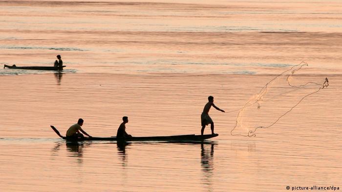 ARCHIV - Fischer werfen ihre Netze in den Mekong am 18.03.2009 in der Nähe von Ban Nakasan, Laos. Trotz Baustopps wird an dem umstrittenen Staudamm Xayaburi in Laos nach Angaben einer Umweltschutzgruppe gearbeitet. Das Flussbett wurde vertieft und erweitert sowie eine Schutzmauer gebaut, berichtete die Organisation «International Rivers» am Mittwoch. Sie hatte die Baustelle nach eigenen Angaben vergangene Woche besucht. Die Firma habe dort im Januar zudem ein ganzes Dorf mit 300 Einwohnern umgesiedelt. Umweltschützer warnen vor einem Rückgang der Fischbestände, wenn das Wasser durch den Staudamm mit gedrosselter Geschwindigkeit fließt. Im fruchtbaren Mekong-Delta drohten Dürren. Fot: EPA/BARBARA WALTON (zu dpa 0506 vom 26.06.2012) +++(c) dpa - Bildfunk+++