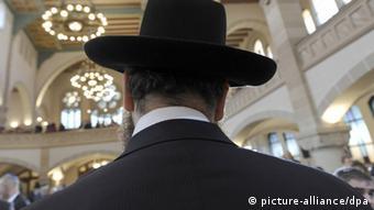 Der Rabbiner Yehuda Teichtal steht am Sonntag (09.11.2008) bei der zentralen Gedenkfeier von Bundesregierung und dem Zentralrat der Juden in Deutschland zum 70. Jahrestag der Reichspogromnacht in der Synagoge an der Rykestrasse in Berlin. In der Nacht vom 9. auf den 10. November 1938 hatten Nationalsozialisten überall in Deutschland Synagogen in Brand gesetzt. Foto: Michael Kappeler dpa/lbn (zu dpa 4170) +++(c) dpa - Report+++