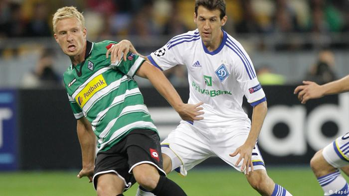 Dynamo Kiev's defender Danilo Silva, right, challenges for the ball against Mike Hanke of Borussia Moenchengladbach during their Champions League Qualification soccer match at the Olympiyskiy national stadium in Kiev, Ukraine, Wednesday, Aug. 29, 2012. (Foto:Efrem Lukatsky/AP/dapd).