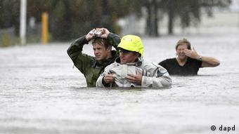 Chuck Cropp, center, his son Piers, left, and wife Liz, right, wade through floodwaters from Hurricane Isaac Wednesday, Aug. 29, 2012, in New Orleans. As Isaac made landfall, it was expected to dump as much as 20 inches of rain in several parts of Louisiana. (Foto:David J. Phillip/AP/dapd) eingestellt von rb