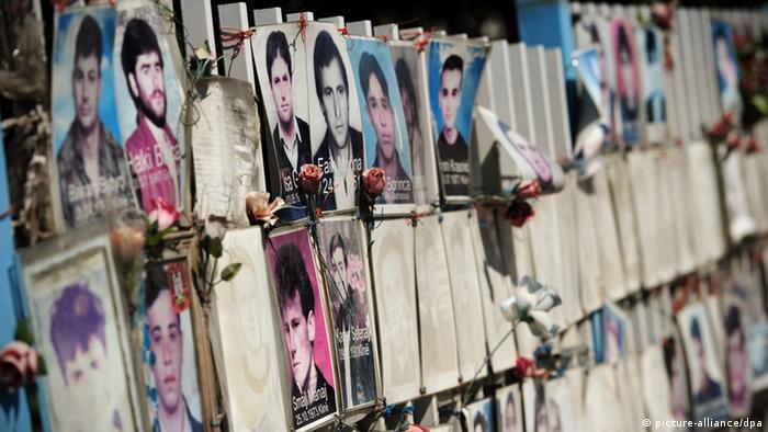 Fotografije nestalih ispred zgrade parlamenta u Prištini (arhivska fotografija)