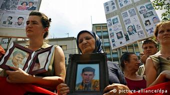 Kosovski Srbi sa fotografijama nestalih rođaka