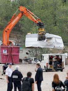 Mit Bulldozern wird ein Roma-Lager bei Lyon geräumt (Foto: reuters)