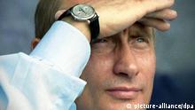 Der russische Präsident Wladimir Putin verfolgt am 19.8.2003 die Flüge bei der MAKS 2003 Internationalen Luftfahrtschau vor Moskau. Zum ersten Mal nehmen mehr als 40 Flugzeuge aus dem Ausland an der Schau teil, darunter auch Flugzeuge aus Frankreich, Italien und den USA.