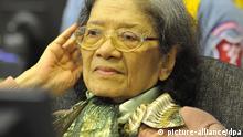 ARCHIV - Die ehemalige Sozialministerin Ieng Thirith sitzt am 19.10.2011 in Phnom Penh auf der Anklagebank vor dem Völkermordtribunal in Kambodscha. Vor dem Tribunal streiten Ärzte seit Donnerstag (30.08.2012) um die Prozessfähigkeit einer der Angeklagten. Das Verfahren gegen Thirith (80) war im vergangenen Jahr ausgesetzt worden, weil Ärzte Demenz festgestellt hatten. Das Gericht ordnete damals eine zweite Anhörung an um festzustellen, ob sich Iengs Zustand durch Medikamente verbessert. Die Angeklagte war am Donnerstag nicht im Gerichtssaal. Foto: MARK PETERS / ECCC HANDOUT dpa +++(c) dpa - Bildfunk+++