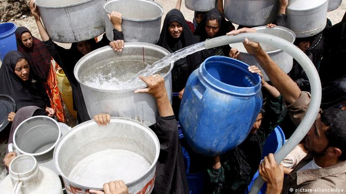 Iraqi women carry their containers with water EPA/ALI ABBAS +++(c) dpa - Report+++