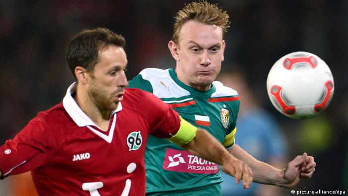 Hanover's Steven Cherundolo (l) and Slask's Sebastian Mila vie for the ball during the UEFA Europa League fourth qualifying round second leg match between Hanover 96 vs Slask Wroclaw at Hannover Arena stadium in Hanover, Germany, 30 August 2012. Photo: Peter Steffen dpa/lni +++(c) dpa - Bildfunk+++