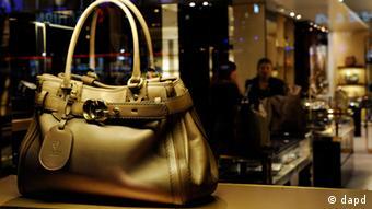 Eine Tasche des italienischen Modeherstellers Gucci liegt am Montag (13.12.10) in Muenchen im Schaufenster des Oberpollinger Kaufhauses. Der deutsche Einzelhandel ist auch nach dem dritten Adventssonntag mit dem Weihnachtsgeschaeft zufrieden, wie ein Sprecher des Handelsverbands HDE am Sonntag (12.12.10) bekannt gab. Foto: Lukas Barth/dapd