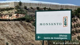 Auf einem großen Schild wird der Weg zu Versuchsfeldern von Monsanto beschrieben. (Foto: Bodo Marks)