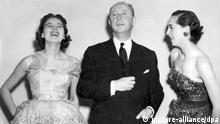ARCHIV - Der französische Modeschöpfer Christian Dior mit seinen Models Sylvia (l) und Simone bei der Vorstellung einer Frühlingskollektion (Archivfoto vom 25.04.1950). Der Name Christian Dior steht nicht nur für Luxus, Sehnsüchte und Träume, sondern vor allem für Non-Konformismus. Denn als der damals noch unbekannte Modeschöpfer am 12. Februar 1947 seine erste Kollektion zeigte, schwamm er bereits gegen Strom. - nur s/w - (zu dpa-Korr. Christian Dior - luxuriöser Non-Konformismus seit 60 Jahren vom 06.02.2007) +++(c) dpa - Bildfunk+++