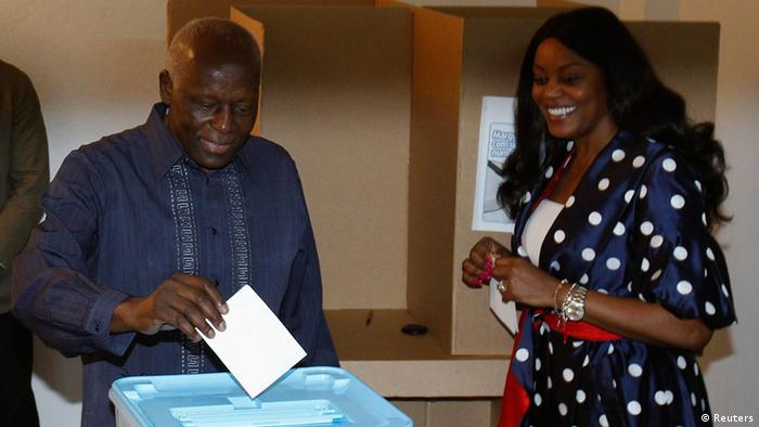 José Eduardo dos Santos deposita o seu voto ao lado da primeira dama de Angola, Ana Paula