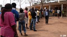 Bürger aus Luanda am Morgen des 31.08 stehen in Luanda an, um ihre Stimme abzugeben. Angola hält die 3. Wahlen in einem Mehrparteiensystem ab seit der Unabhängigkeit 1975. Der erste Kandidat der Liste von der Partei, die am meisten gewählt wird, wird automatisch zum neuen Präsidenten Angolas. Copyright: DW/António Cascais 31.08.2012