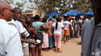 Cidadãos de Luanda esperam para votar na última sexta-feira (31.08): presidente angolano deixou-se confirmar no poder pelo voto pela primeira vez