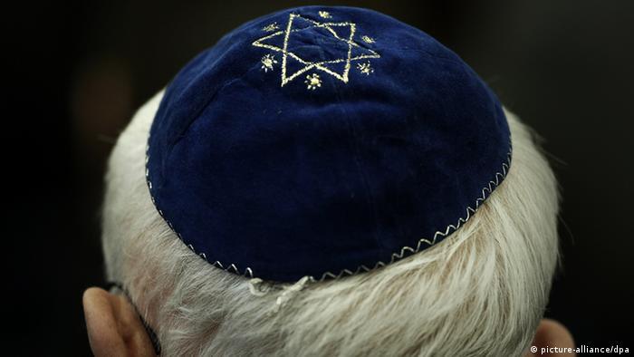 ARCHIV - Ein Mann trägt am 27.01.2011 in der Synagoge eine Kippa mit einem aufgenähtem Stern (Foto vom 27.01.2011). Mitten in Berlin wird ein Rabbiner von Jugendlichen verprügelt und beleidigt. Der kleinen Tochter des Mannes drohen die vermutlich arabischstämmigen Täter mit dem Tod. Die antisemitische Tat löst Entsetzen aus. Foto: Fredrik von Erichsen dpa (zu dpa 0057 vom 29.08.2012) +++(c) dpa - Bildfunk+++